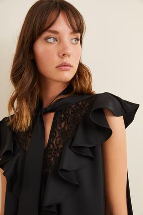 Siyah Yakası Fularlı Dantelli Bluz