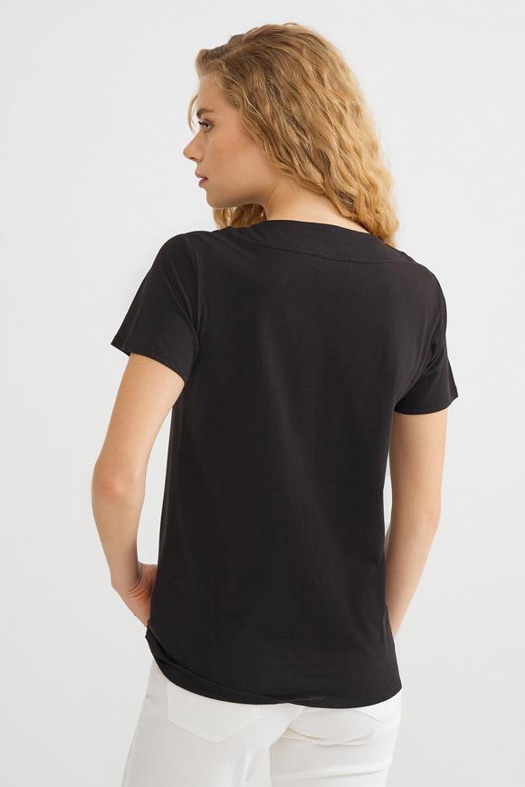 Siyah Yakası Zincirli Tişört