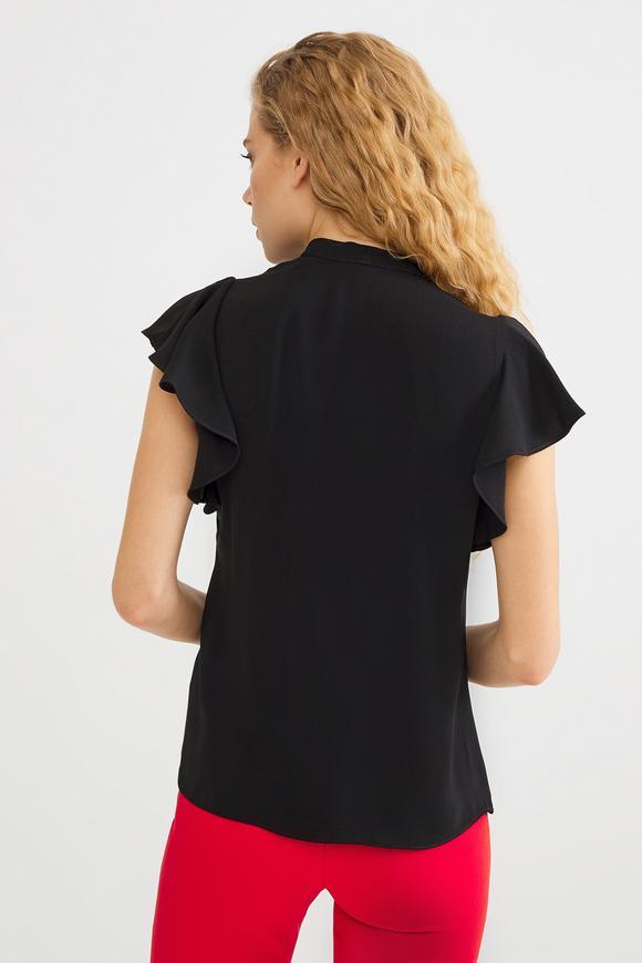Siyah Yakası Fiyonklu Volanlı Bluz