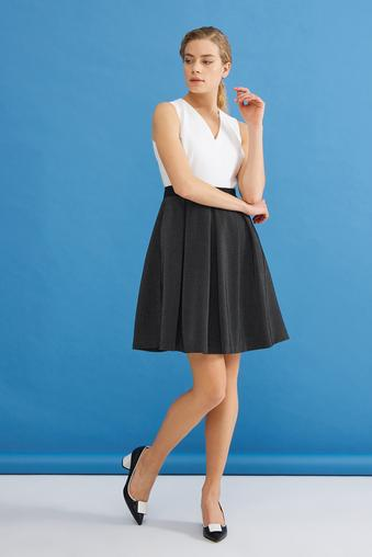 Siyah V Yaka Kolsuz Elbise