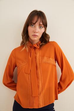 Dantel Detaylı Fularlı Gömlek