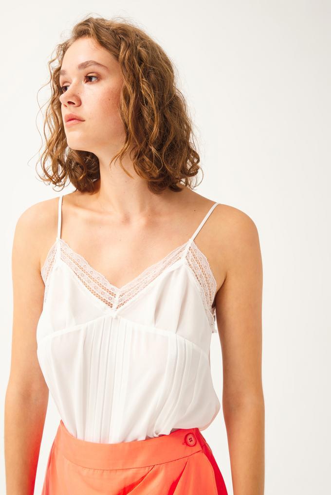 Bej Nervürlü Yakası Dantelli Askılı Bluz