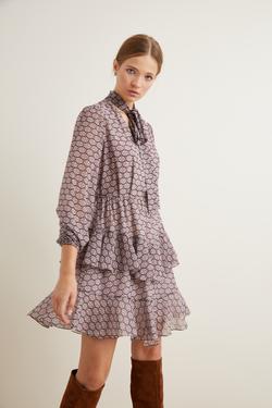 Yakası Fularlı Volanlı Elbise