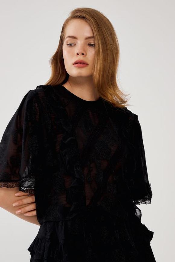Siyah Jakarlı Dantel Şeritli Volanlı Bluz