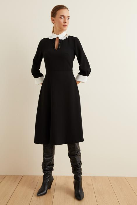 Siyah Yaka Fırfırlı Elbise