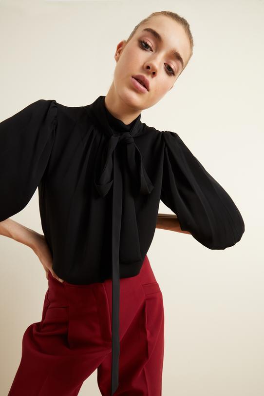 Siyah Yakası Büzgülü Fularlı Bluz