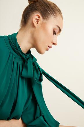 Yeşil Yakası Büzgülü Fularlı Bluz