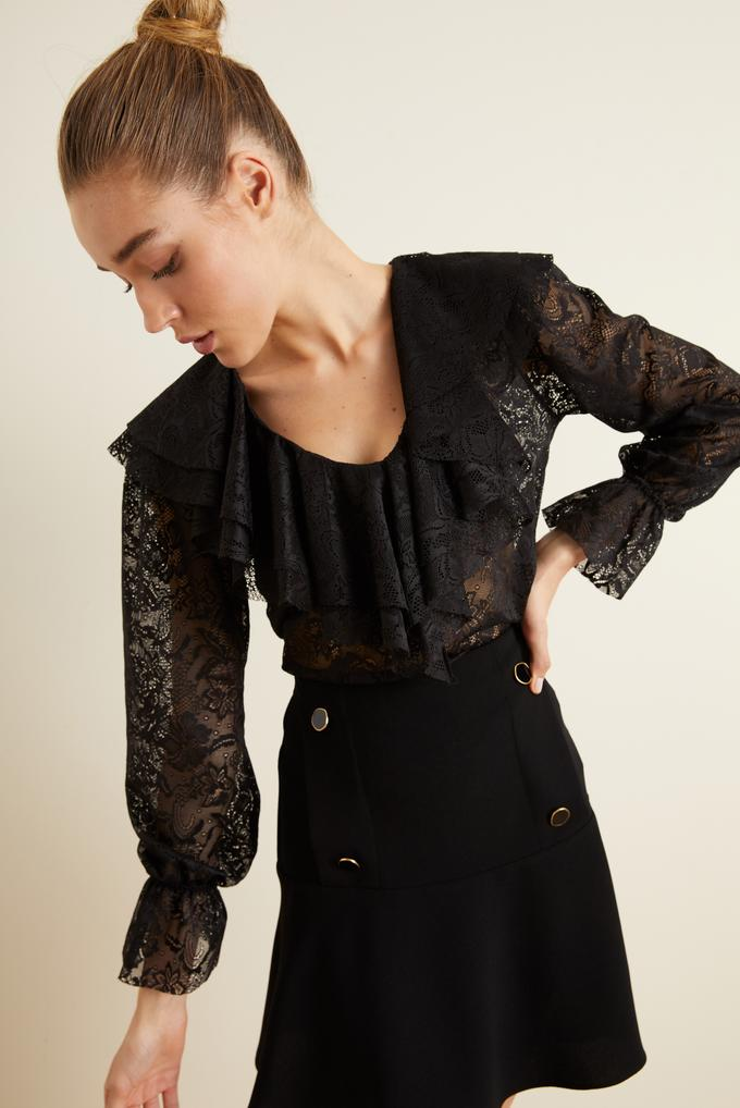 Siyah Yakası Volanlı Dantel Bluz