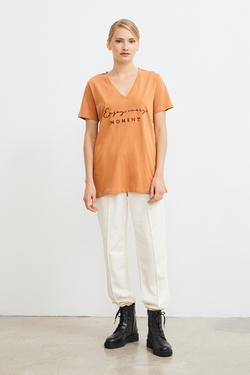 V Yaka Baskılı Tişört