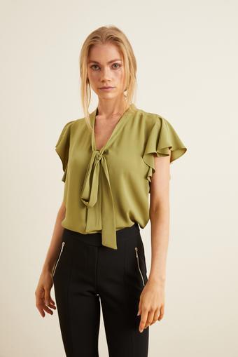 Yeşil Yakası Fiyonklu Volanlı Bluz
