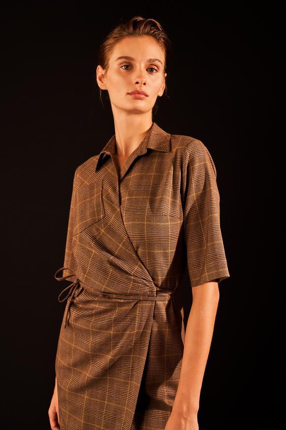 Kahverengi Anvelop Kapamalı Ekose Elbise