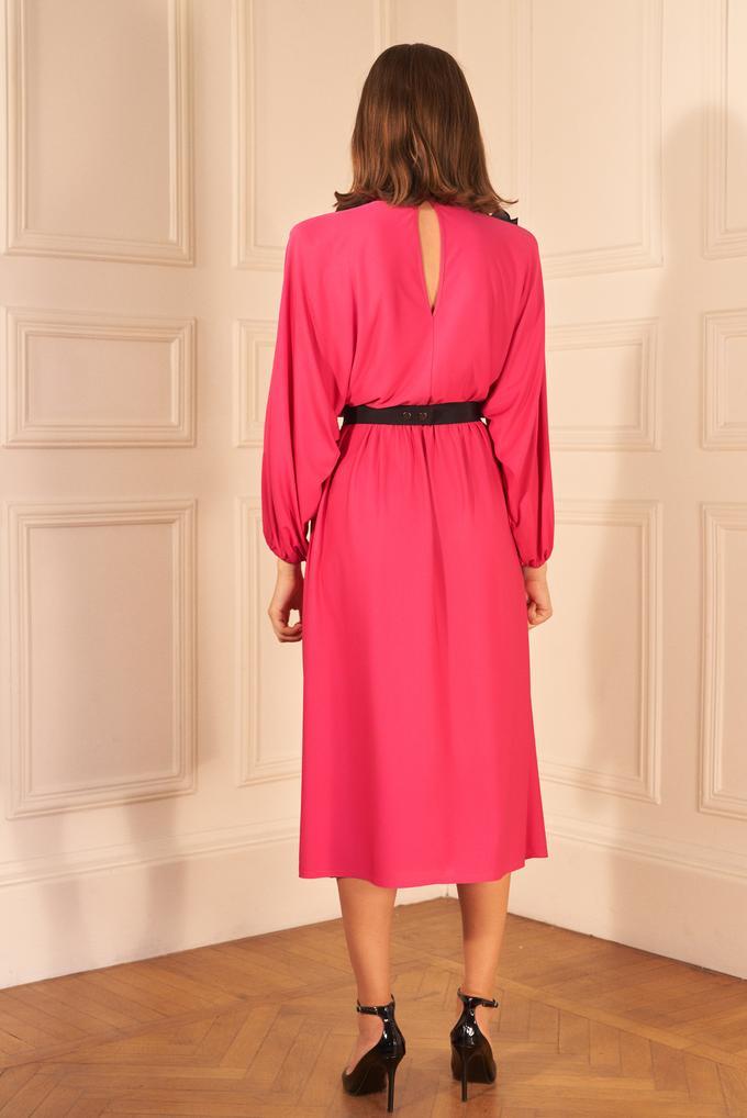 Pembe Omuzu Broşlu Büzgülü Elbise