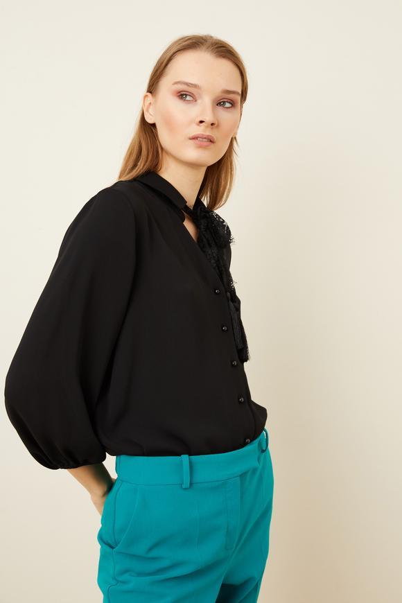 Siyah Dantel Fularlı Pliseli Bluz