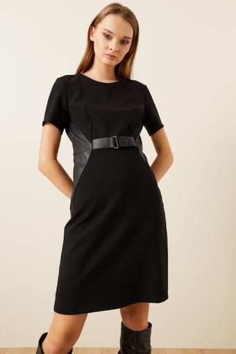 Siyah Kısa Kollu Deri Kemerli Elbise