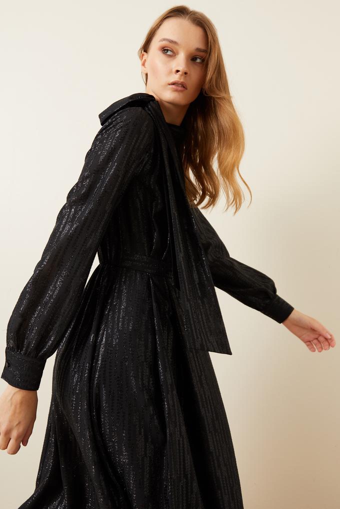 Siyah Jakarlı Yakası Fularlı Elbise