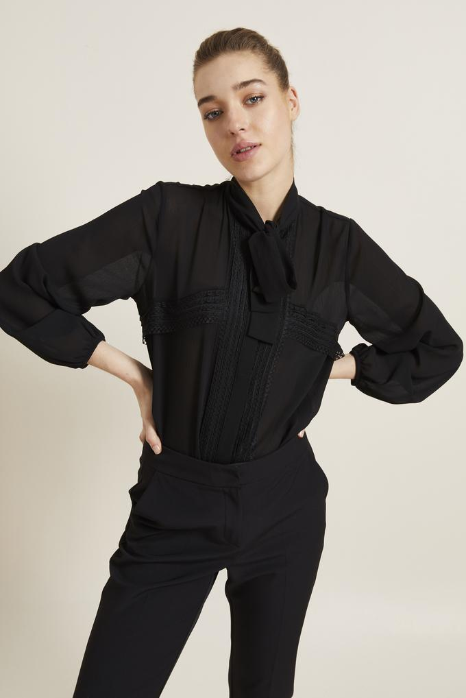 Siyah Dantel Detaylı Fularlı Gömlek