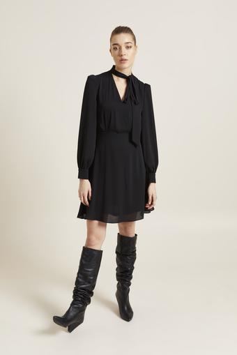 Siyah Yakası Fularlı Şifon Elbise