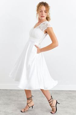 V Yaka Düğmeli Dantel Detaylı Saten Elbise