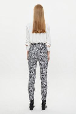 Desenli Paçası Yırtmaçlı Boru Paça Pantolon